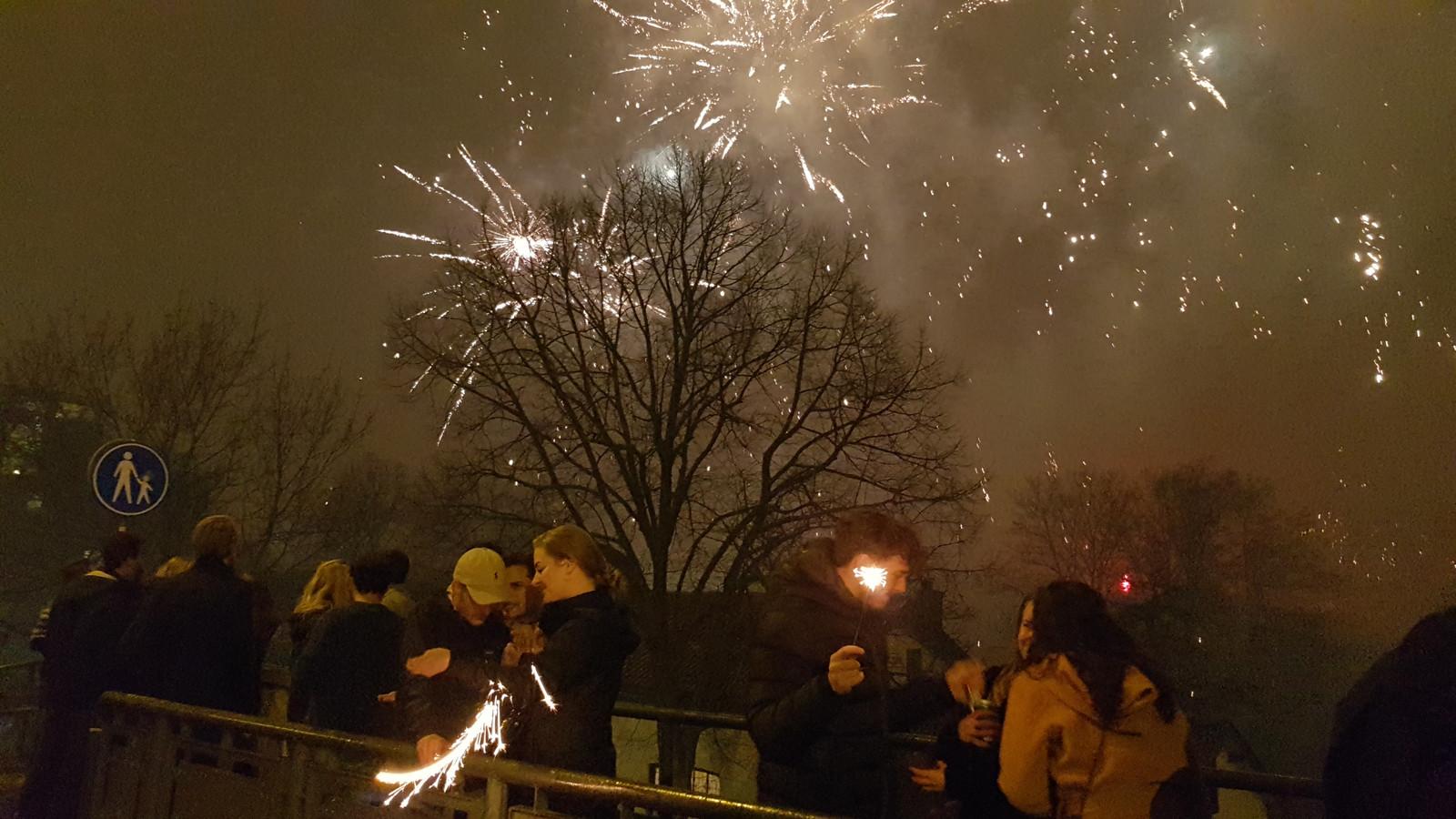 Vuurwerk op de Graafsebrug in Nijmegen.