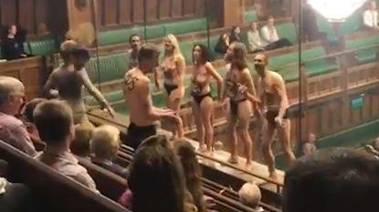 Klimaatactivisten verstoren naakt de zitting van het Britse Lagerhuis