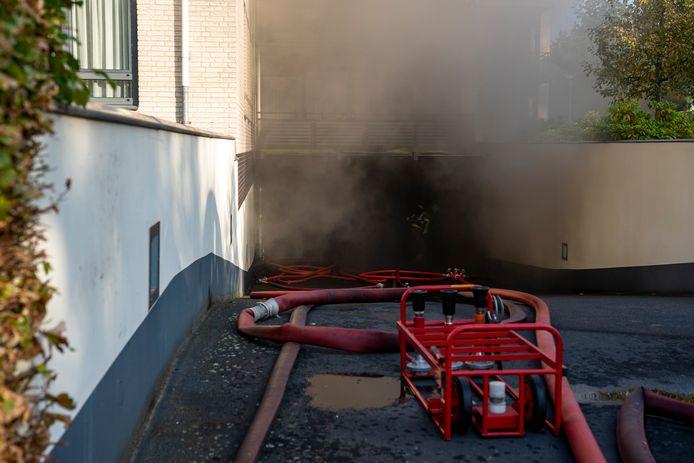 Bewoners van 28 appartementen aan de Stadhouderslaan in Oosterhout moeten de nacht elders doorbrengen na de grote brand die zaterdag in de ondergrondse parkeergarage woedde.