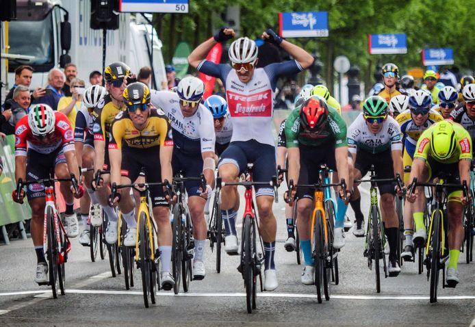 Edward Theuns juicht. In Budapest zette hij de slotrit van de Ronde van Hongarije in een massaspurt op zijn naam.