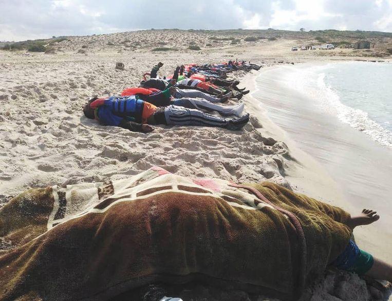 Van de zeker 74 mensen die donderdag verdronken voor de Libische kust, konden tot nog toe 31 lichamen geborgen worden. Naar de rest van de verdronken passagiers wordt nog gezocht.  Beeld EPA