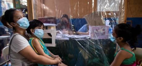 """Interdiction de sortir pour les enfants aux Philippines: """"Ils sont sages devant la télévision"""""""