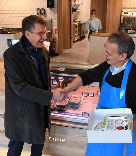 Cuijk trakteert 12 ondernemers op gebak