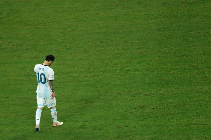 De zwaar teleurgestelde Lionel Messi direct na afloop van het duel met Colombia.