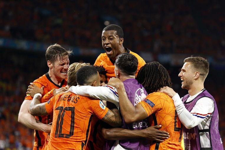 De spelers van het Nederlands elftal vieren zondagavond de 3-2 tegen Oekraïne. Beeld ANP
