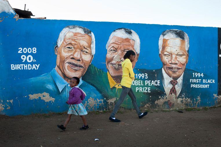 Mandela afgebeeld op een muur in Soweto. Beeld Bram Lammers