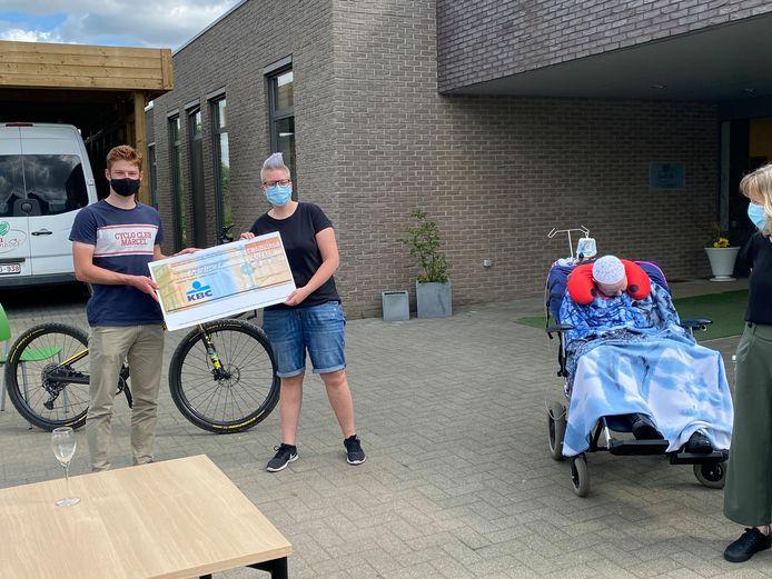 Sander Hubrechts overhandigd zijn cheque aan De Groenhoef.