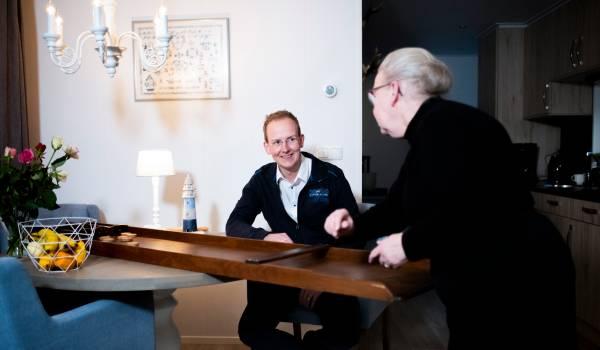 Bij Anneke Kamphuis zijn haar zoon én zijn man welkom (en dat waardeert niet iedereen in Elspeet)