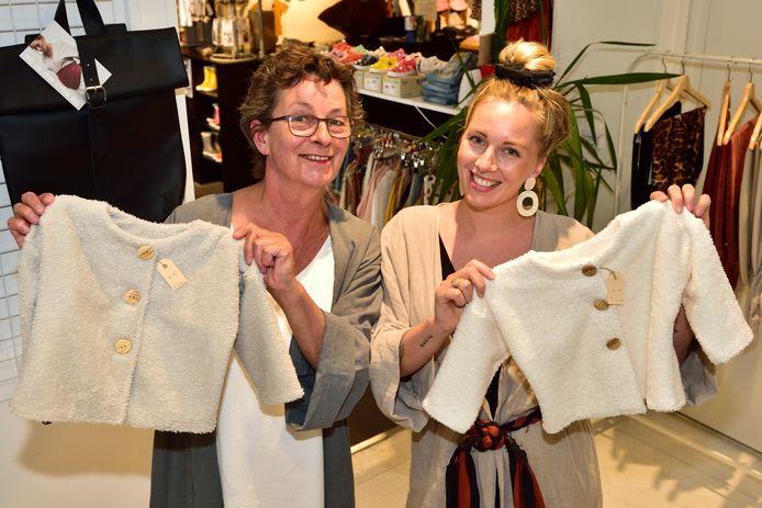 Lotte Oudshoorn en haar moeder Trudy van Dam met de kindervestjes die niet aan te slepen zijn, sinds Romy Boomsma ze op Instagram heeft gezet.