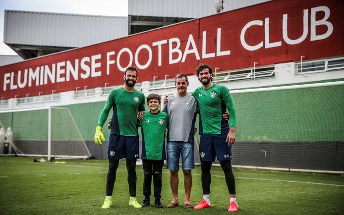 Een foto van de familie Becker, met Muriel (links) en Alisson (rechts) naast hun vader José Agostinho op het trainingscomplex van Fluminense.