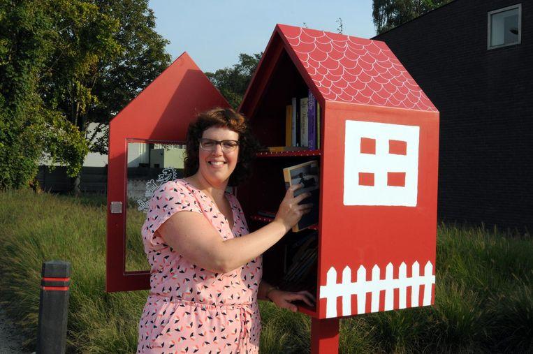 Tine Devos bij het boekenruilhuisje.