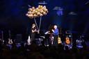 Cabaretier Herman van Veen heeft donderdagavond zijn 561e solovoorstelling in Koninklijk Theater Carré in Amsterdam gespeeld. De 76-jarige artiest is daarmee de nieuwe recordhouder.