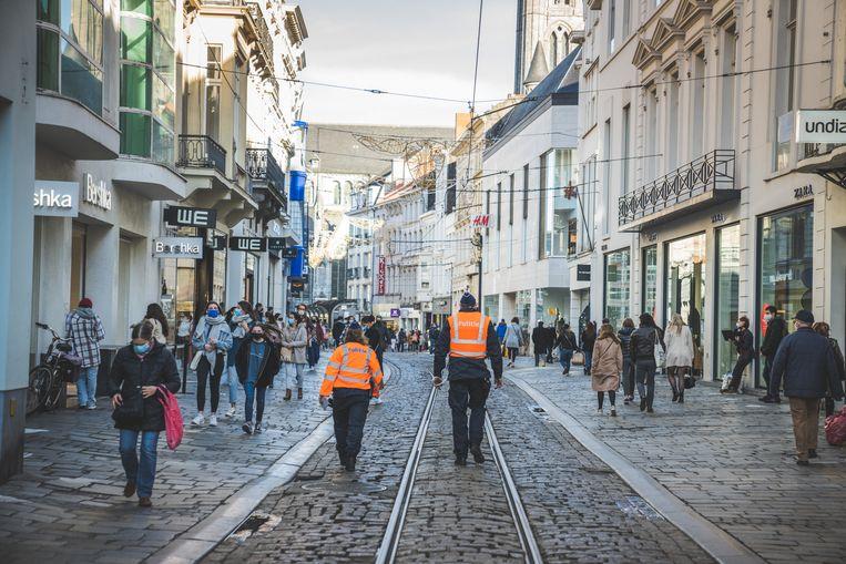 Politie in de Veldstraat in Gent. Beeld Wannes Nimmegeers
