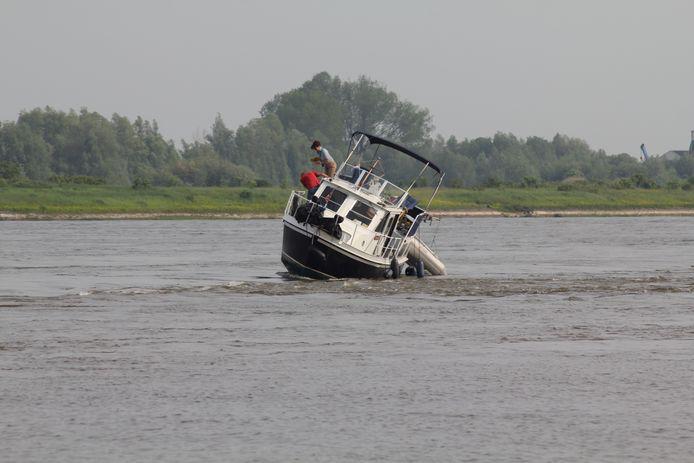 De boot voer op een kribbe bij Zennewijnen.