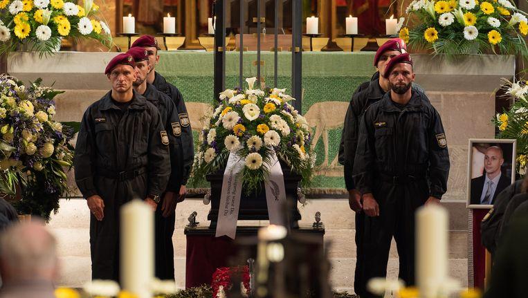 De neergeschoten agent werd vorige week begraven. Beeld EPA