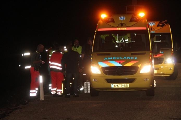 Ambulancepersoneel ontfermt zich over de opvarenden.
