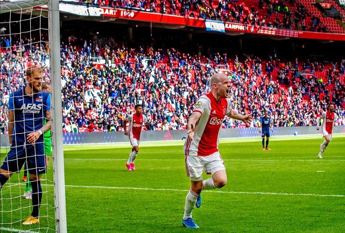 Davy Klaassen viert de de 1-0 van Ajax tegen AZ met de supporters, zondag tegen Emmen blijft de Arena leeg.