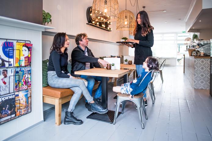 Gezellig onderonsje in BOON espressobar aan de vooravond van de openingsdag. Van links naar rechts Sade van Huuksloot, oud-buurman Jobert, Vienne Telgt en Jay.