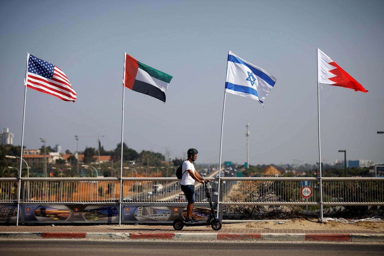 De vlaggen van landen die onderdeel uitmaken van het akkoord: de VS, de Verenigde Arabische Emiraten, Israël en Bahrein.  Beeld Reuters