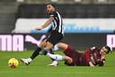 Pascal Struijk zet Callum Wilson (Newcastle United) de voet dwars.