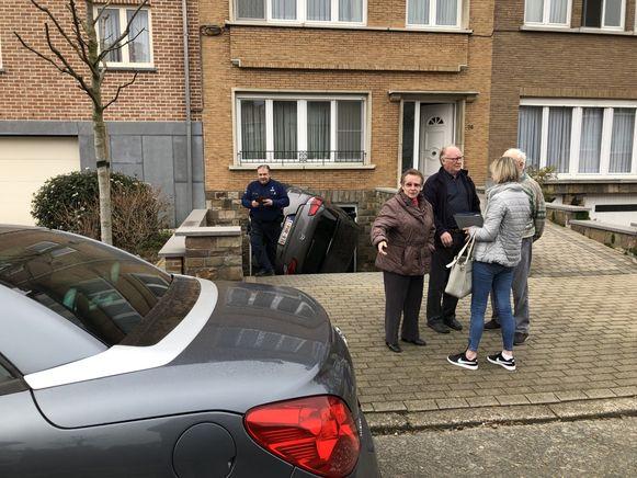 De foutgeparkeerde wagen blokkeerde een deel van de uitrit van de woning van Henri en Josette.
