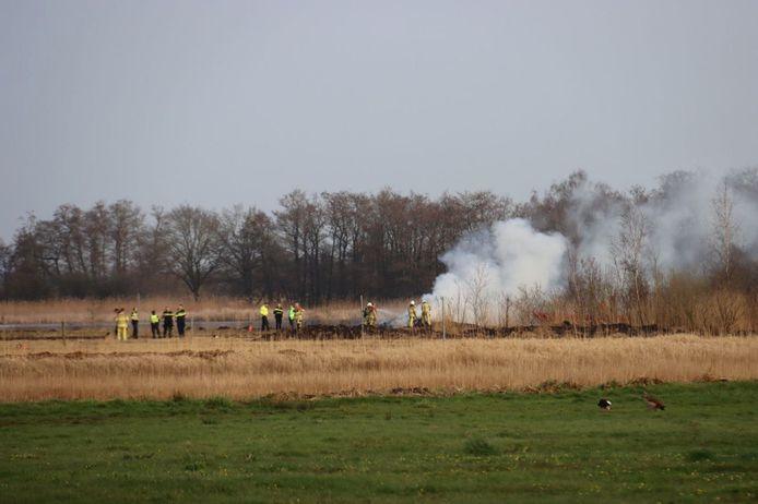 De hulpdiensten op de plek van de natuurbrand bij Sint Jansklooster.