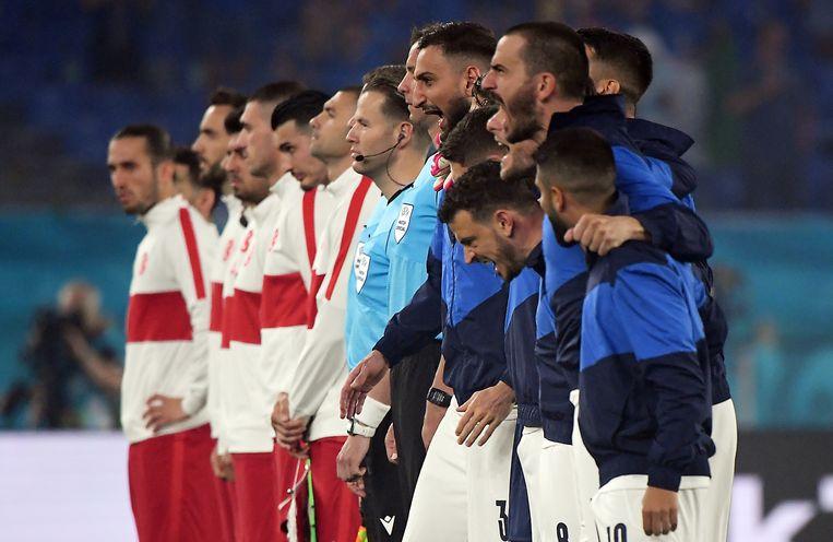 De Italiaanse spelers brullen het volkslied mee voor de wedstrijd tegen Turkije. Beeld EPA