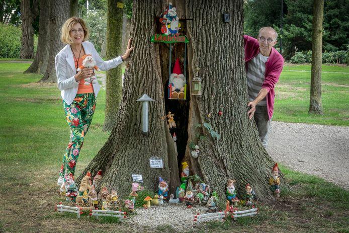 Ruud (rechts) samen met zijn vrouw Nolly Mutselaers bij de boom in het Weijerpark in Boxmeer waar steeds meer kabouters staan.