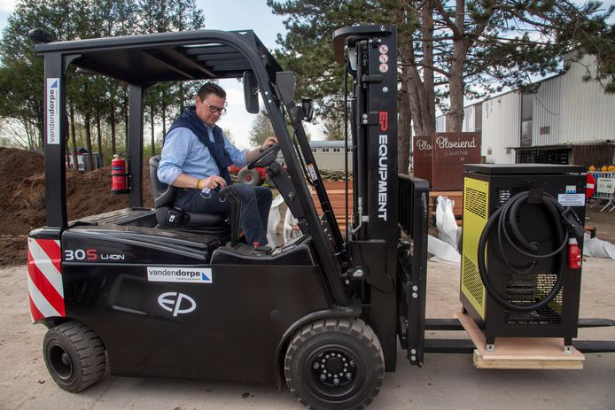 Schepen Filip De Landtsheer test de nieuwe heftruck.