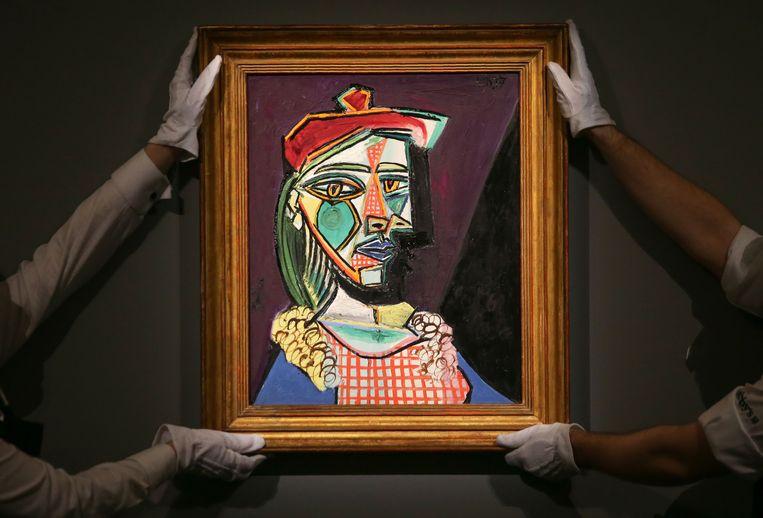 'Vrouw met baret en geruite jurk' van Picasso. Op de voorgrond is Marie-Thérèse Walter te zien, zijn maîtresse en muze gedurende een zekere tijd. Maar ook Dora Maar, die hij in 1936 ontmoette, is zichtbaar in de schaduw achter Marie-Thérèse. Beeld AFP