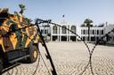 Un véhicule blindé de l'armée devant le Parlement, à Tunis