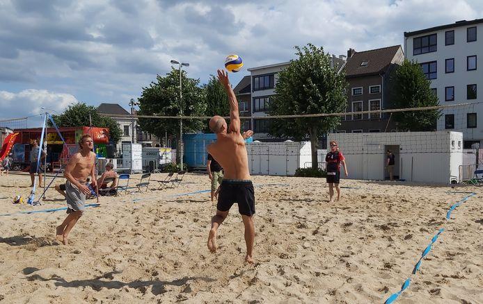 Een archiefbeeld van Niel Plage: volleyballers leven zich uit op het beachvolleybaltornooi.
