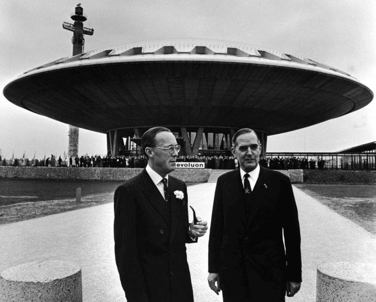 Prins Bernhard en president-directeur Frits Philips bij de opening van het Evoluon in 1966. Beeld ANP