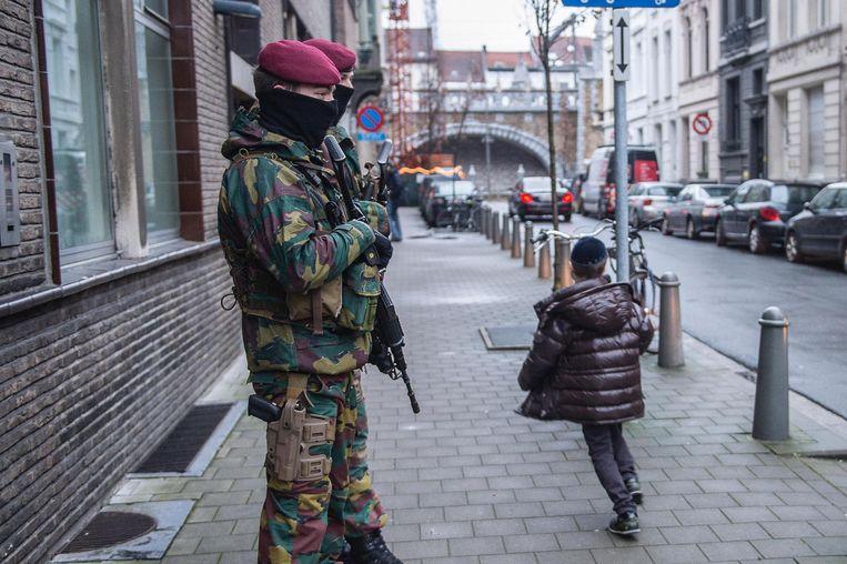 Militairen patrouilleren in de Joodse buurt sinds de verhoging van het dreigingsniveau. Beeld Klaas De Scheirder
