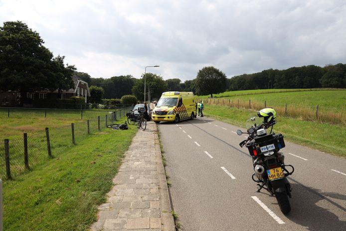 De gevallen fietsster krijgt eerste hulp op de Bosweg in Arnhem.