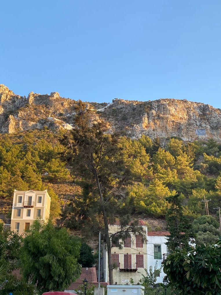 De Griekse vlag op rotsen getekend. Beeld Thijs Kettenis