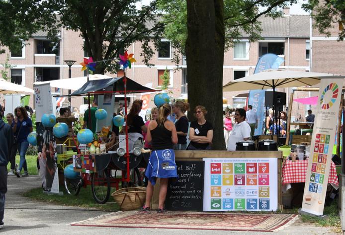 Drukte tijdens het Global Goals Festival in het Sint Barbarapark, vorig jaar zomer.