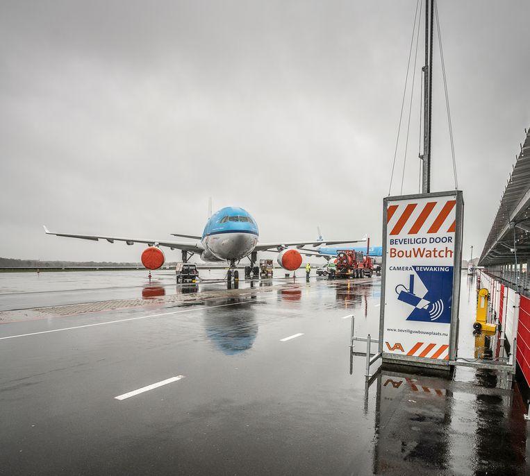 KLM parkeert toestellen op Groningen Airport ivm corona crisis.  Beeld Harry Cock / de Volkskrant