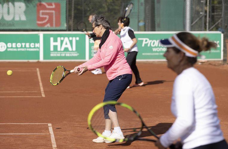 Een van de weinige sporten in clubverband die nog door volwassenen beoefend mogen worden is tennis, vaak gespeeld in de avonduren.   Beeld ANP