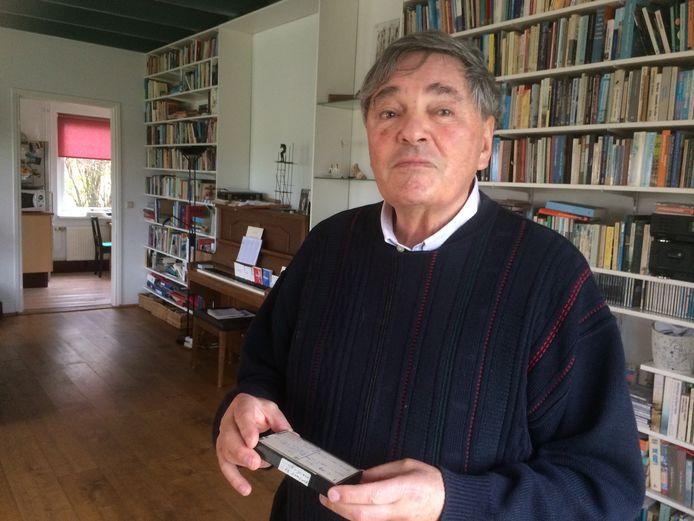 Peter Hein met een van de cassettebandjes waarop zijn ouders vertellen over de oorlog.