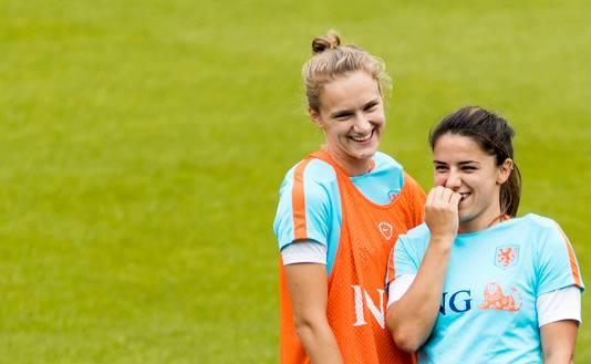 Vivianne Miedema (l) met Danielle van de Donk