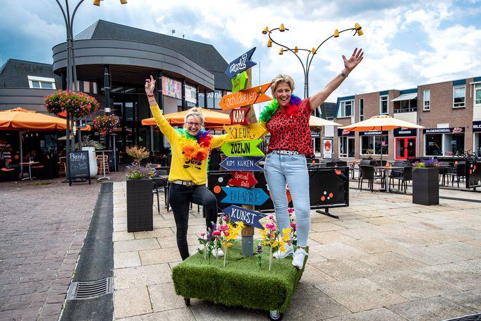 Sinie Wentink (geel shirt) en Anja ten Have van ZoZijn Raalte en Holten zijn maar wat trots op de eerste winkel MooiZ van de zorginstantie.