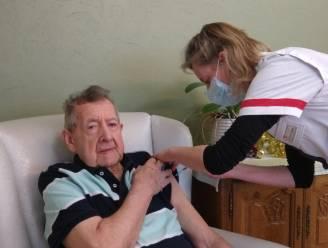 """Guido (89) krijgt als eerste Beverenaar vaccin: """"En nu hopelijk snel kleinkinderen terug op bezoek"""""""