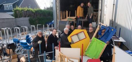 'Vrienden van Suriname' laden een container met schoolspullen