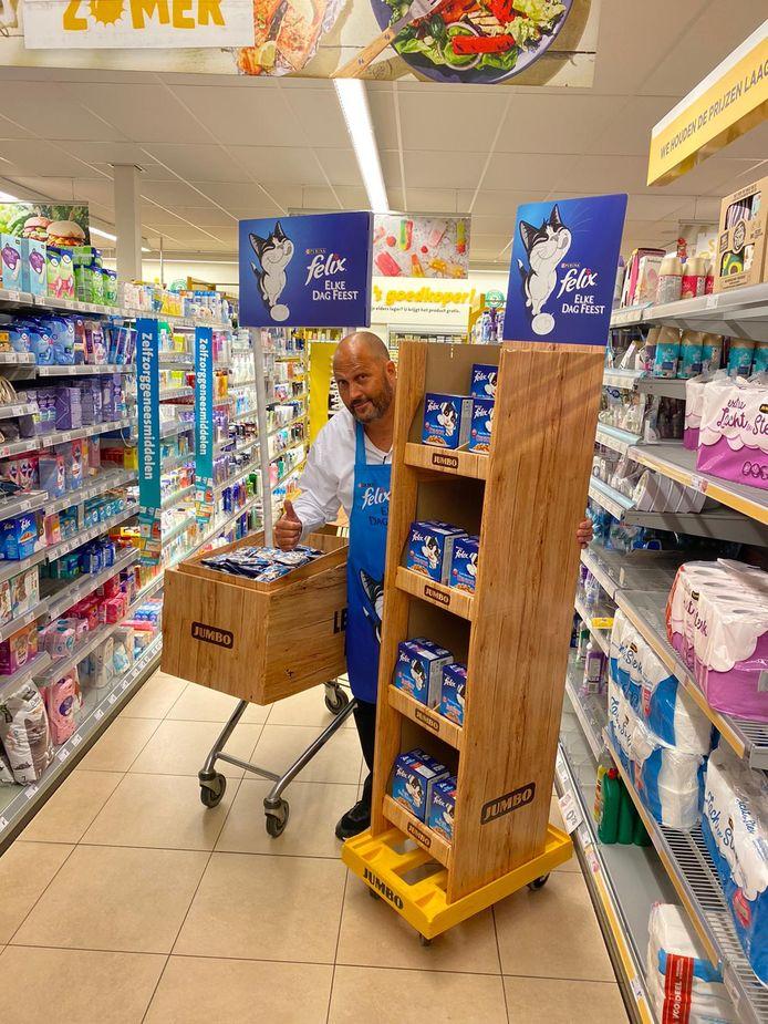 De ene dag verkoopt Verdonk kattenbrokken in de supermarkt, de volgende dag frisdrank.