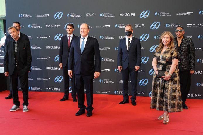 Le prince Albert II de Monaco en compagnie du Jury Fiction, composé du réalisateur et producteur suédois Måns Mårlind, l'acteur français Arnaud Ducret, le producteur allemand Moritz Polter, l'acteur et chanteur Joey Starr, la scénariste et réalisatrice britannique Kay Mellor et le producteur norvégien Anders Tangen.