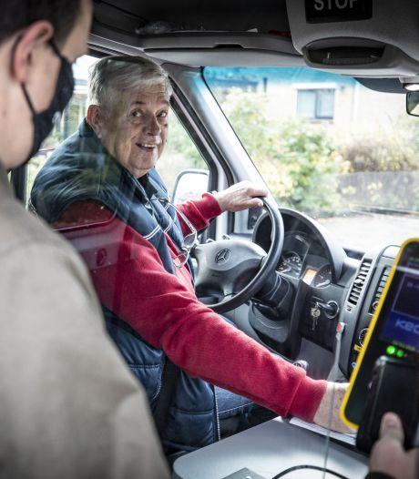 Na maanden afwezigheid tuft buurtbus coronaproof door Almelo: 'Lucht is hier schoner dan buiten'