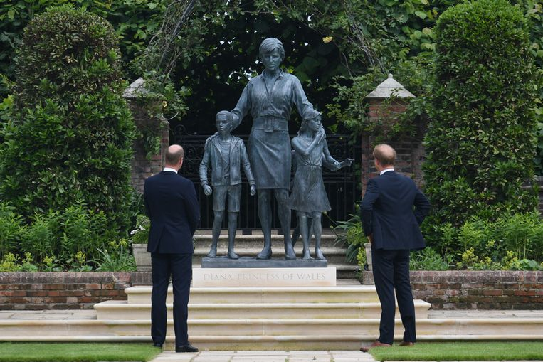 The Duke of Cambridge (left) and Duke of Sussex look at a statue they commissioned of their mother Diana, Princess of Wales, in the Sunken Garden at Kensington Palace, London, on what would have been her 60th birthday. Picture date: Thursday July 1, 2021. Beeld BrunoPress/PA Images
