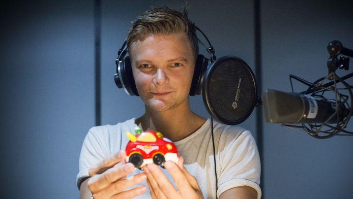 Sander van der Poel spreekt de stem in van een speelgoedauto