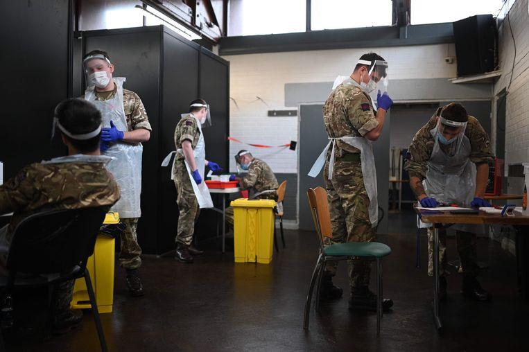 In Groot-Brittannië testen ze al massaal in bepaalde regio's, hier helpen soldaten in Liverpool. Beeld AFP